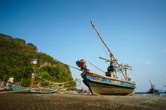 Fiskebåtanslutning på stranden Arkivbilder