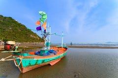 Fiskebåtar aground på stranden över solig himmel på Prachuap Kh Arkivfoto
