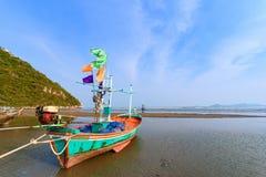 Fiskebåtar aground på stranden över solig himmel på Prachuap Kh Royaltyfri Bild
