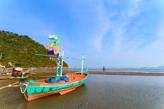 Fiskebåtar aground på stranden över solig himmel på Prachuap Kh Royaltyfria Bilder
