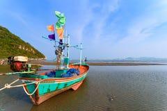 Fiskebåtar aground på stranden över solig himmel på Prachuap Kh Arkivbild
