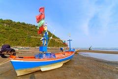 Fiskebåtar aground på stranden över solig himmel på Prachuap Kh Arkivbilder