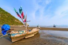 Fiskebåtar aground på stranden över solig himmel på Prachuap Kh Arkivfoton