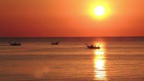 Fiskebåtar drar deras förtjänar på soluppgången Adriatiska havet kostnad Emilia Romagna italy arkivfilmer