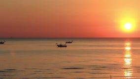 Fiskebåtar drar deras förtjänar på soluppgången Adriatiska havet kostnad Emilia Romagna italy lager videofilmer