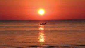 Fiskebåtar för den Tid schackningsperioden drar deras förtjänar på soluppgången Adriatiska havet kostnad Emilia Romagna italy arkivfilmer