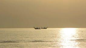 Fiskebåtar för den Tid schackningsperioden drar deras förtjänar på soluppgången Adriatiska havet kostnad Emilia Romagna italy lager videofilmer