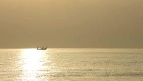 Fiskebåtar för den Tid schackningsperioden drar deras förtjänar på soluppgången Adriatiska havet kostnad Emilia Romagna italy stock video