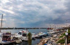 Fiskebåtar förtöjas i Istanbul, Turkiet arkivbilder
