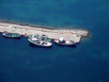 Fiskebåtar förtöjde vid pir arkivbild