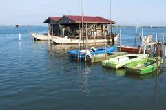 Fiskebåtar från den Po River bred flodmynninglagun Royaltyfria Foton