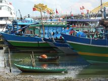 Fiskebåtar i Da Nang, Vietnam Royaltyfria Bilder