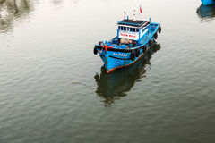 Fiskebåtar i Da Nang, Vietnam Arkivfoton