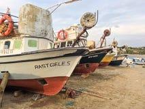 Fiskebåtar i den Alibey Cunda ön Balikesir Turkiet Den Cunda ön som kallas också den Alibey ön, är Royaltyfria Foton