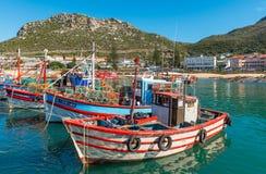 Fiskebåtar i den Kalk fjärden, Cape Town, Sydafrika arkivbilder