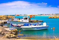 Fiskebåtar i den lilla hamnen, Peloponnese, Grekland Royaltyfri Bild