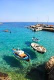 Fiskebåtar i den medelhavs- havsLevanzo ön Arkivbild
