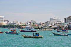 Fiskebåtar i den Pattaya fjärden Arkivbild