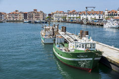 Fiskebåtar i denJean de Luz - Ciboure hamnen Aquitaine, Arkivbilder