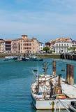 Fiskebåtar i denJean de Luz hamnen Aquitaine Frankrike Fotografering för Bildbyråer
