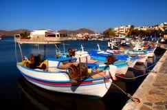Fiskebåtar i Elounda (Crete, Grekland). Fotografering för Bildbyråer
