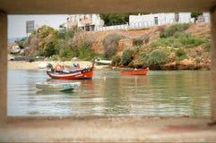 Fiskebåtar i Ferragudo, Algarve, Portugal Arkivfoto