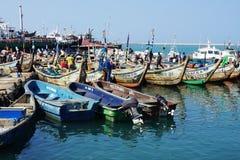 Fiskebåtar i ficherhamnen av Lome i Togo royaltyfri bild