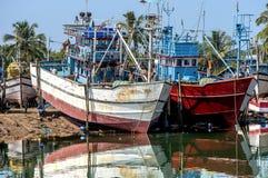 Fiskebåtar i Goa royaltyfri bild
