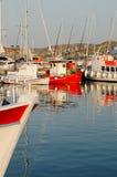 Fiskebåtar i grekisk hamn Arkivbild