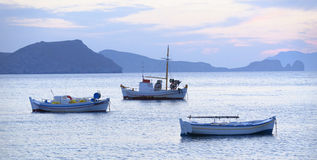 Fiskebåtar i Grekland Arkivbild