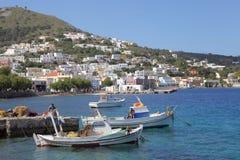 Fiskebåtar i hamnen av den Agia marina, Leros Arkivfoton