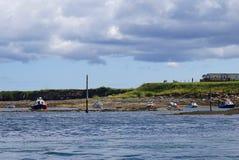 Fiskebåtar i hamnen på Seahouses, Northumberland, England Royaltyfri Bild