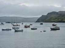 Fiskebåtar i hamnen - Portree, ö av Skye, Skottland royaltyfri fotografi