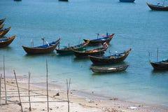 Fiskebåtar i hamnen Vietnam Mui Ne Arkivfoto