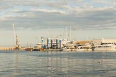 Fiskebåtar i havsporten i en solig dag Gandia valencia Fotografering för Bildbyråer
