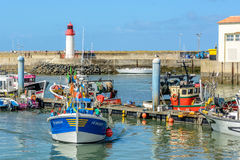 Fiskebåtar i Lacotiniere, port på den Oleron ön, Frankrike royaltyfri bild