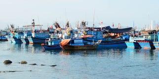 Fiskebåtar i marina på Nha Trang, Vietnam Royaltyfria Bilder