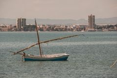 Fiskebåtar i Mars Menor av Murcia med muffen av Mars Menor Royaltyfri Bild