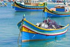 Fiskebåtar i Marsaxlokk Malta Arkivbild