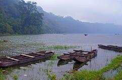 Fiskebåtar i mist Arkivbild