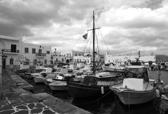 Fiskebåtar i Naoussa port royaltyfri foto