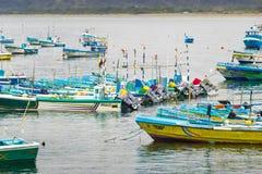 Fiskebåtar i Puerto Lopez sätter på land, Manabi, Ecuador Arkivfoto