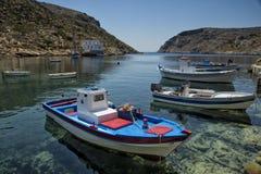 Fiskebåtar i Sifnos i Grekland Arkivfoton