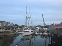 Fiskebåtar med blå himmel royaltyfria bilder
