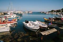 Fiskebåtar nära invallningen, Istanbul, Turkiet arkivfoto