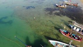 Fiskebåtar nära kust Olika färgrika fiskebåtar som svävar nära kust på havsvatten i tropiskt land Surröverkant lager videofilmer