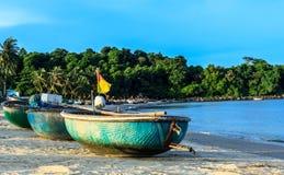 Fiskebåtar och coracles i fjärden Danang-Vietnam Arkivfoto