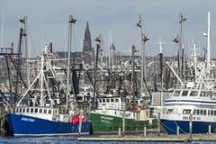 Fiskebåtar och färja som anslutas i Fairhaven Arkivfoto