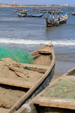 Fiskebåtar och förtjänar Arkivbild