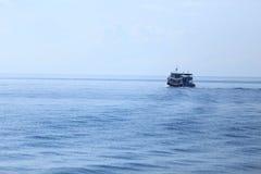Fiskebåtar och hav Arkivbild